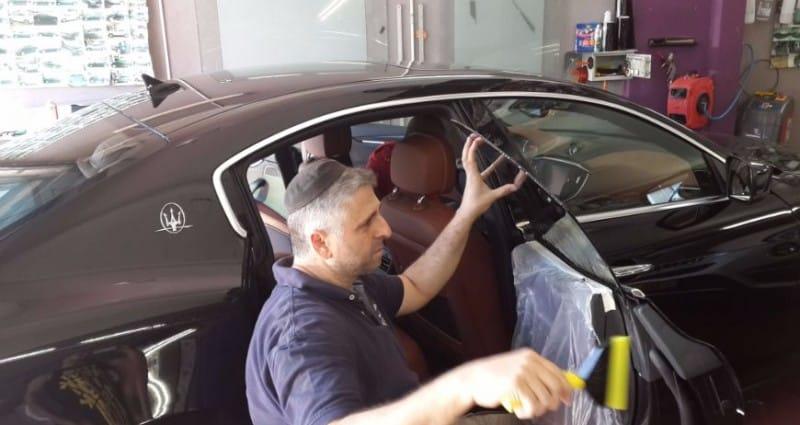 תהליך הדבקת ציפוי חלונות כהים לרכב
